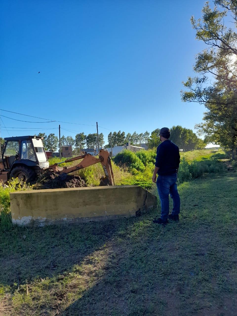 LIMPIEZA DE CANALES EN LAS CALLES DEL DISTRITO