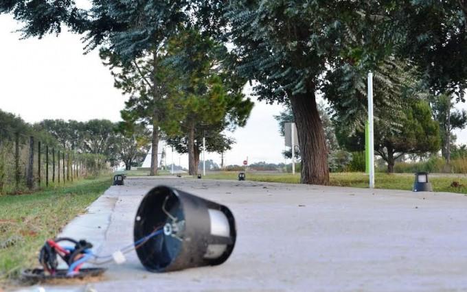OTRA VEZ: ROMPIERON LUCES EN LA SENDA PEATONAL DEL ACCESO