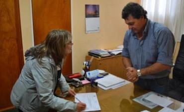 DREESSEN ENTREGO SUBSIDIO A LA BIBLIOTECA POPULAR