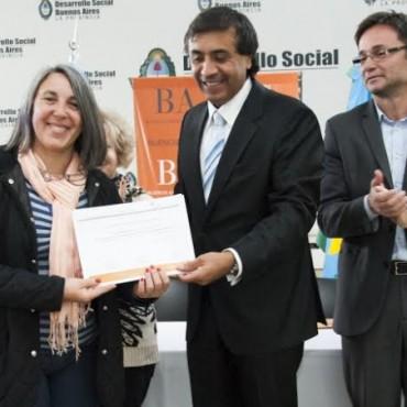 EL MINISTRO APARICIO ENTREGO CERTIFICADOS DEL CURSO SOBRE GERONTOLOGIA. TRES LOMAS ESTUVO PRESENTE.