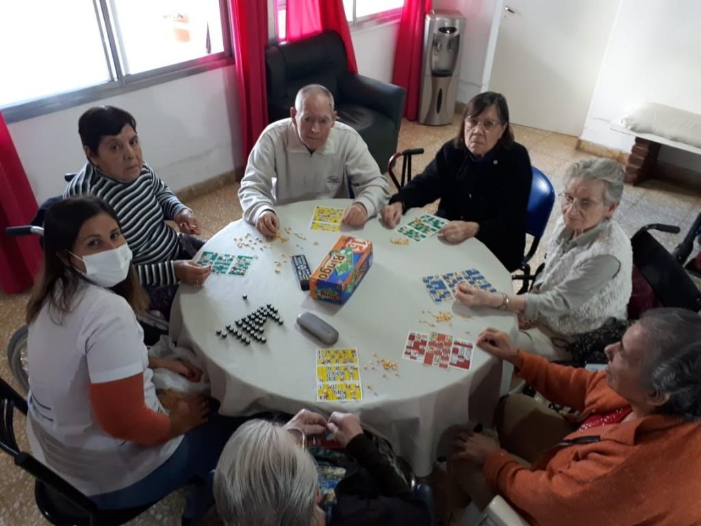 LOS ADULTOS MAYORES DE LOS HOGARES MUNICIPALES CONTINÚAN EN MOVIMIENTO