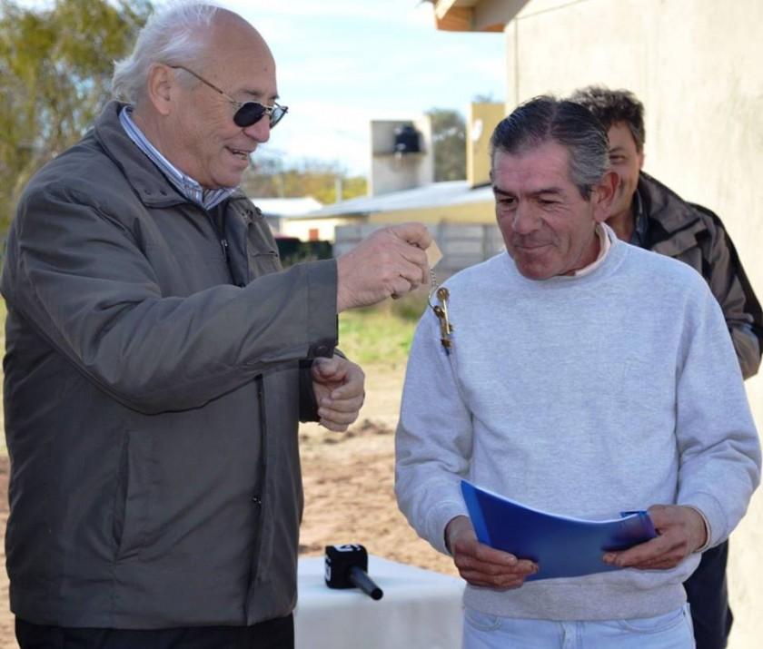 SE ENTREGARON DOS NUEVAS VIVIENDAS MUNICIPALES EN INGENIERO THOMPSON