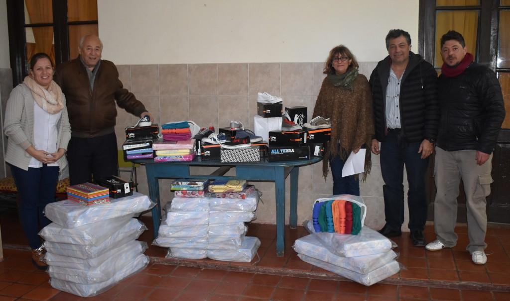 ENTREGARON CALZADO Y ROPA DE CAMA PARA LA ESCUELA ALBERGUE