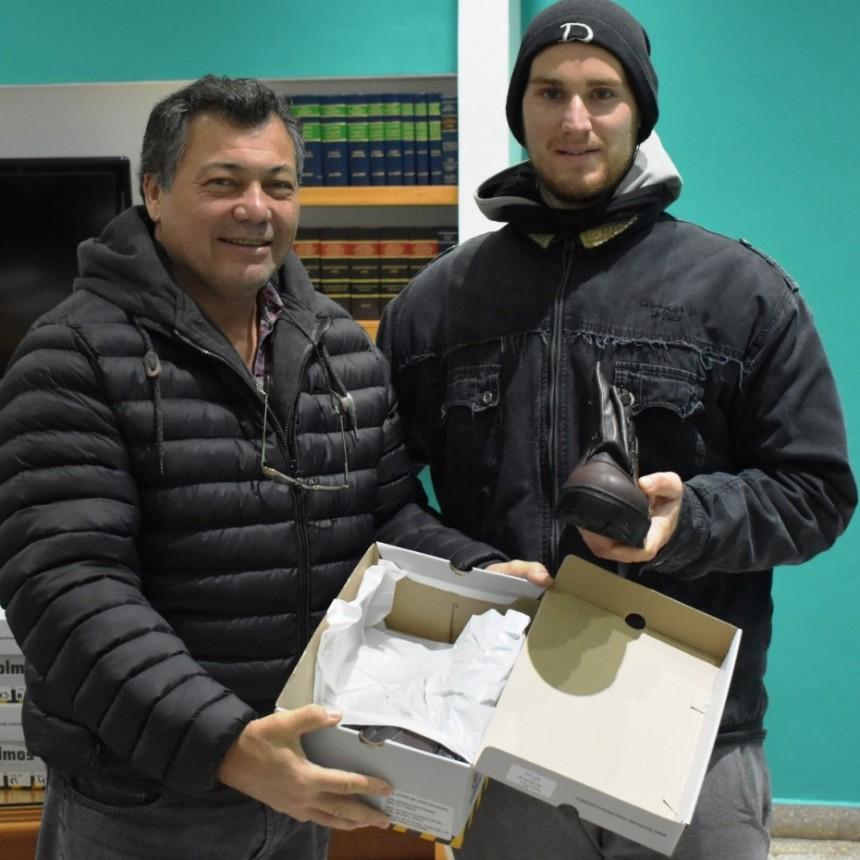 ENTREGARON CALZADO A TRABAJADORES DEL CORRALON MUNICIPAL