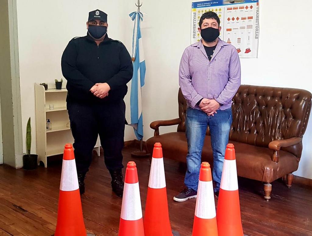 ENTREGA DE CONOS DE SEÑALIZACIÓN VIAL PARA EL DESTACAMENTO POLICIAL DE INGENIERO THOMPSON
