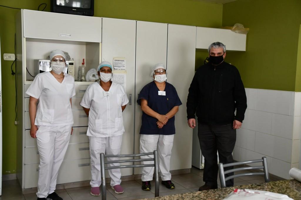 EL INTENDENTE SE ACERCÓ A SALUDAR A LAS MUCAMAS HOSPITALARIAS EN SU DÍA